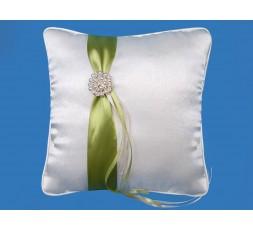 Kremowa poduszka z zieloną tasiemką i perłową klamrą PKW14