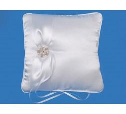 Biała poduszka z tasiemką i perłową klamrą PKW15