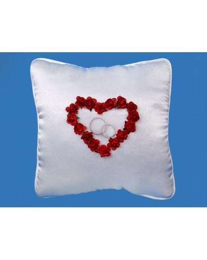 Biała poduszka z sercem z czerwonych różyczek PKW16